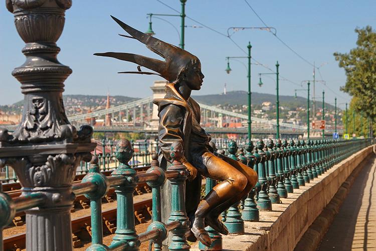 Dưới đây là một trong những địa điểm được du khách tin rằng họ chỉ cần chạm vào một bộ phận trên bức tượng, vận xui sẽ bị xua đi.Kiskiralylany, Budapest, HungaryKiskiralylany (Công chúa nhỏ) là tác phẩm của nhà điêu khắc László Marton. Cô công chuá nhỏ ngồi trên lan can, phía sau lưng là đường tàu điện gần cầu Széchenyi Chain.Marton lấy cảm hứng từ con gái nhỏ của mình khi hóa trang thành công chúa bằng các sử dụng áo choàng tắm làm áo choàng, cuộn báo làm vương miện để tạc nên bức tượng trên. Từ khi bức tượng được hoàn thành vào khoảng những năm 1990, người dân đã hình thành một thói quen. Lúc đi qua cô gái nhỏ, họ sẽ chạm tay vào đầu gối của bức tượng để xin may mắn. Ảnh: Live Journal.