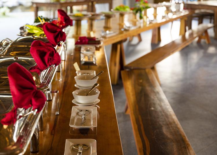 Tại đây, du khách có thể thưởng thức các món ăn Á - Âu từ đầu bếp nổi tiếng đạt danh hiệu Top Chef châu Á, cùng với đó là những thức uống pha chế công phu, hứa hẹn làm hài lòng những vị khách khó tính.