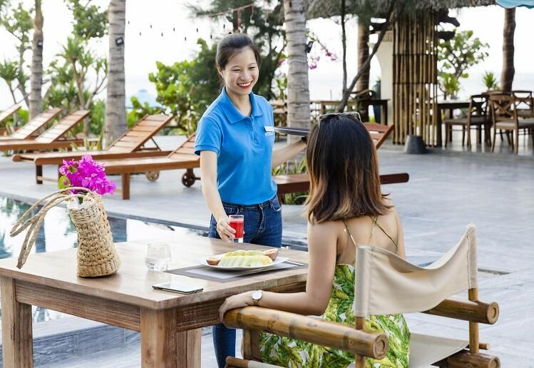 Nhà hàng còn kề cận hồ bơi tràn bờ hướng biển của khu Stelia Beach Resort, mang đến cho du khách trải nghiệm khác biệt.