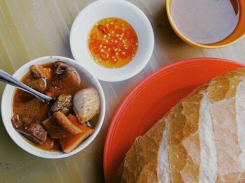 Phá lấuLà món ăn gốc Hoa, phá lấu được làm từ thịt bò và nội tạng như gan, lá lách, dạ dày. Trước khi nấu, nguyên liệu sẽ được sơ chế sạch sẽ. Món ăn khiến nhiều người liên tưởng đến thắng cố ở miền bắc nhưng có vị dễ ăn hơn do có cốt dừa và chấm với mắm chua cay. Phá lấu chia thành nướng, luộc, có thể ăn kèm bánh mì, mì gói. Món ăn này được bán với giá 20.000 đồng. Bạn có thể thưởng thức ở quán Cô Oanh, đường Xóm Chiếu, mở muộn tới 23 giờ hay phá lấu dì Nũi đường Tôn Đản. Ảnh: Phong Vinh.