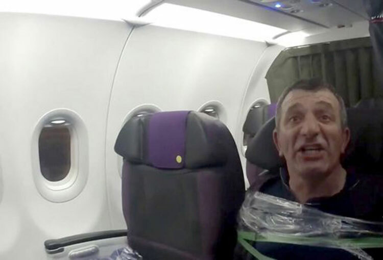 Khách xông vào buồng lái của phi công