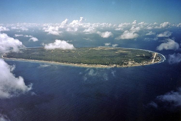 Đảo quốc Nauru nhn từ trn cao. Đường băng duy nhất của n nằm ở bn phải. Ảnh: Wondermondo.