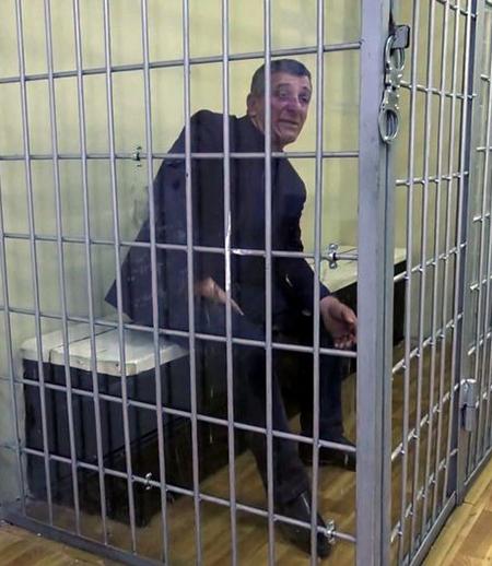Tại đồn cảnh sát, người khách say xỉn năn nỉ cảnh sát thả mình ra và hứa sẽ cư xử lịch sự. Cảnh sát đáp lại: Tất nhiên là anh cư xử lịch sự rồi. Anh đã phá nát nửa đồn cảnh sát ở đây rồi. Ảnh: Interior Ministry of Russia.