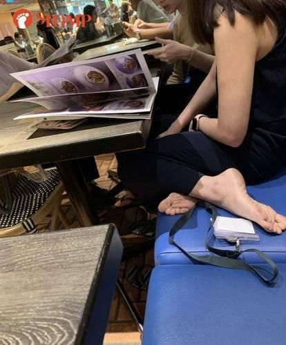 Cô gái bị chỉ trích vì để chân lên ghế trong nhà hàng
