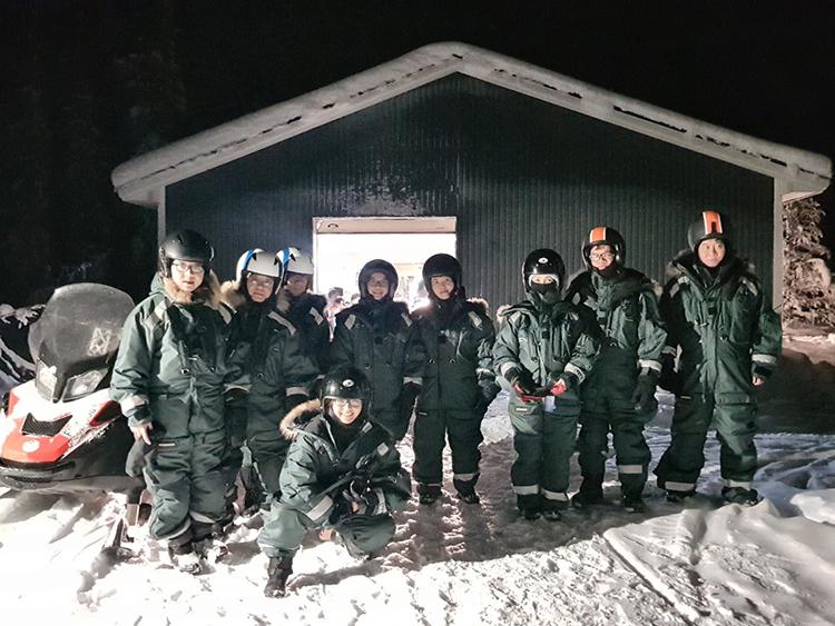 Đoàn du khách Việtđược chuẩn bị đồ ấm kỹ càng để khám phá vùng lạnh Bắc Âu.