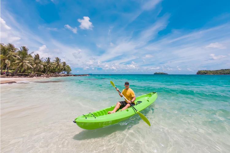 Phú QuốcTháng 1 Phú Quốc có thời tiết ôn hòa, biển lặng, thích hợp cho các hoạt động tắm biển, đi đảo xa, lặn ngắm san hô. Khám phá các hòn đảo nhỏnhư Nam Du, Hòn Móng Tay, Hòn Gầm Ghì, Hòn Sơn, Hòn Thơm, Hòn Mây Rút... là gợi ý cho những ai thích không gian hoang sơ, yên tĩnh.Ngoài ra, từ 16h bạn nên dành thời gian để ngắm khung cảnh hoàng hôn đặc sản của Phú Quốc tạiDinh Cậu.Máy bay là phương tiện nhanh nhất đến đảo Phú Quốc từ Hà Nội, TP HCM và Cần Thơ với giá vé từ 700.000 đồng một chiều.Ảnh: Van Nguyen Ngo