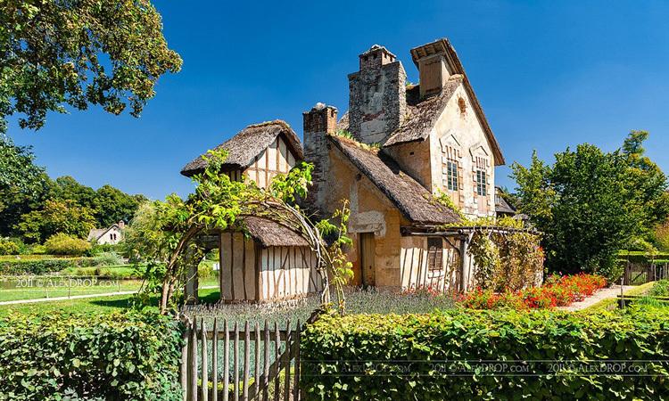 The Mill, một công trình tại làng  Hameau de la Reine. Nó không có chức năng gì ngoài mục đích trang trí. Ảnh: Alex Drop/Flickr.