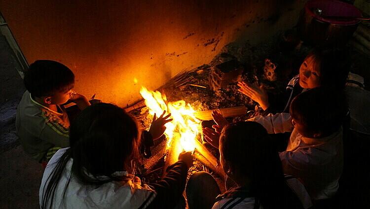 Học sinh bán trú ở huyện giáp biên Quan Sơn, Thanh Hóa đốt lửa sưởi trong mùa Đông, tháng 12/2019. Ảnh: Lê Hoàng.