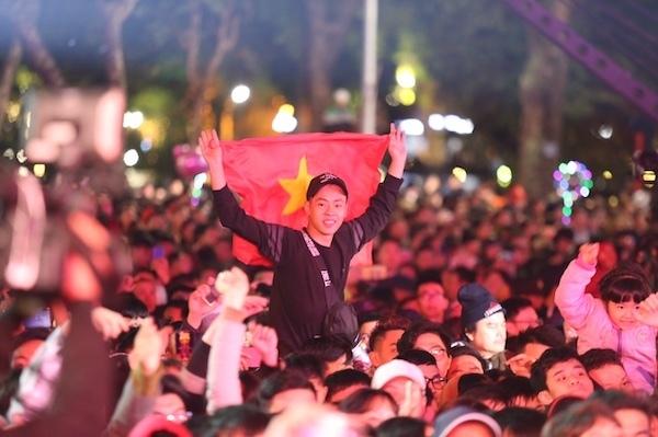 Hàng nghìn người tập trung tại khu vực hồ Hoàn Kiếm cùng nhau đón năm mới 2019. Ảnh: Gia Chính.