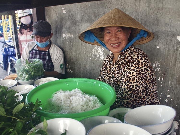 Cô Thành, con gái thứ hai của ông Ba, cùng gia đình tiếp quản quán ăn.