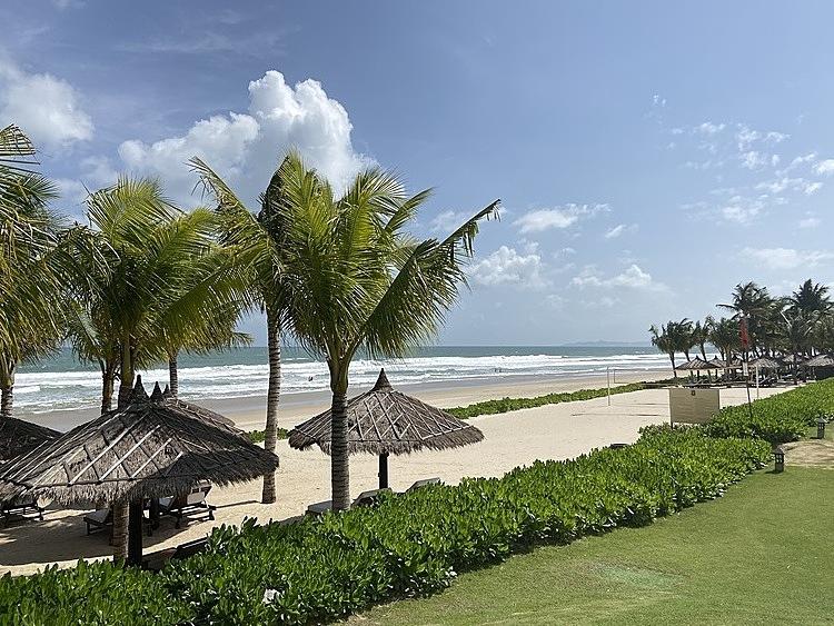 Với lợi thế là những bãi biển cát trắng, Bãi Dài cũng là nơi tập trung nhiều khu nghỉ dưỡng. Ảnh: Lan Hương.