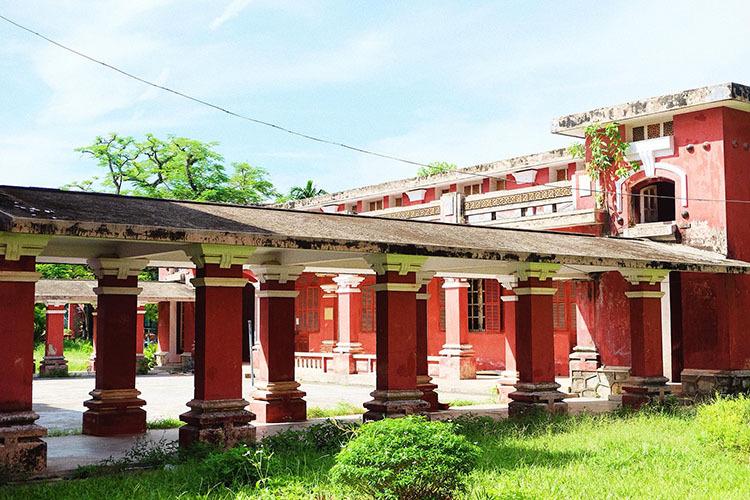 Các khu nhà nối nhau bằng lối đi mái xi măng với hàng cột đỡ thường thấy ở các công trình Pháp xây ở Việt Nam. Ảnh: Nguyễn Hoàng Hà