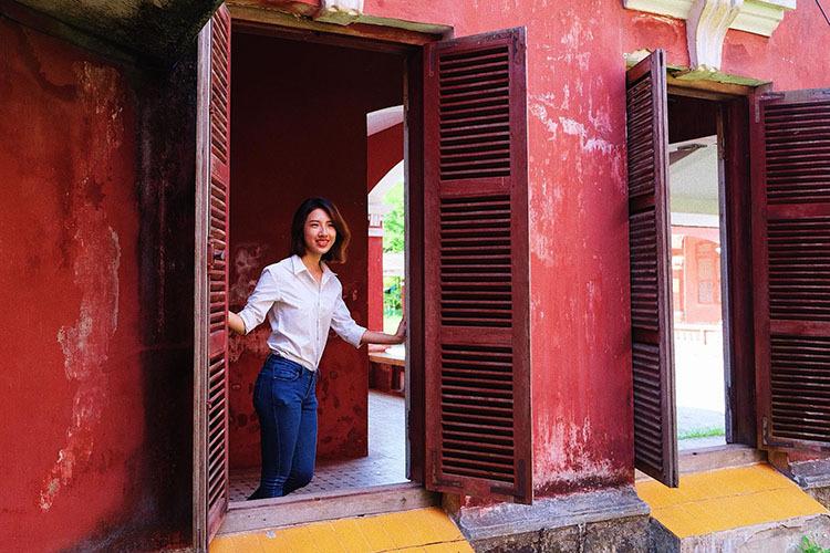 Dãy hành lang trong và ngoài khu nhà, bên những bức tường đỏ đã loang lổ, các ô cửa mang vẻ cũ kỹ là một số phông nền chụp ảnh được yêu thích. Ảnh: Wondrous World