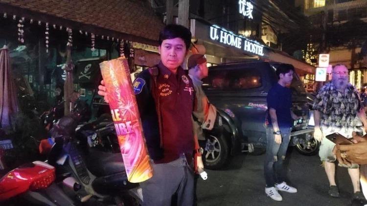 Ống pháo được cho là đã phát nổ trúng mặt nạn nhân. Ảnh:Pattaya News.