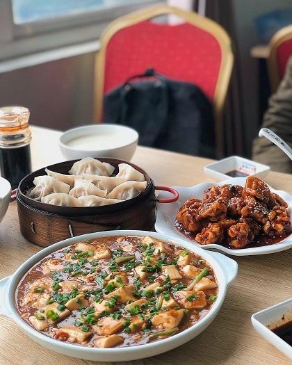 Quán Anh BéoNằm tại địa chỉ 131 Nguyễn Ngọc Vũ, đây là quán ăn được bán bởi 2 vợ chồng người Trung Quốc.