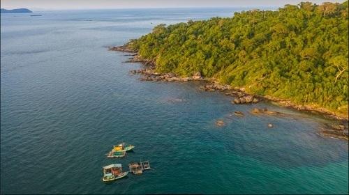 Bắc đảo Phú Quốc được bao bọc bởi rừng, biển.