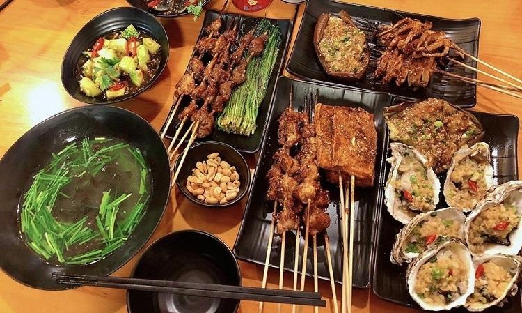 Hẻm Thượng HảiNằm trên đường Nguyễn Thị Định, đây là một trong những quán bán món ăn Trung Quốc được nhiều bạn trẻ yêu thích. Từ ngoài bước vào, thực khách sẽ ấn tượng với chiếc cửa kính sơn đỏ, phía mái hiên ngói treo đèn lồng. Quán có 3 tầng, được trang trí với các bức tranh tường mang phong cách Thượng Hải.Ngoài dimsum, quán còn có các món xiên nướng, lẩu dê khô, lẩu ốc chân vịt, salad, hàu, cá nướng bếp than... Các món ăn được thực khách đánh giá là đậm đà, chuẩn vị Thượng Hải, đỡ cay hơn tuy nhiên hơi ngọt.