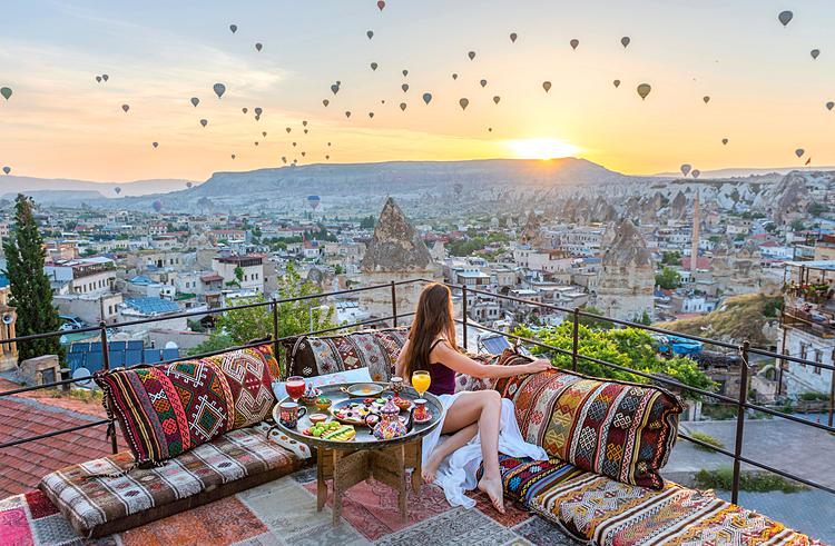 Cưỡi khinh khí cầu là trải nghiệm phải thử khi đến Cappadocia.