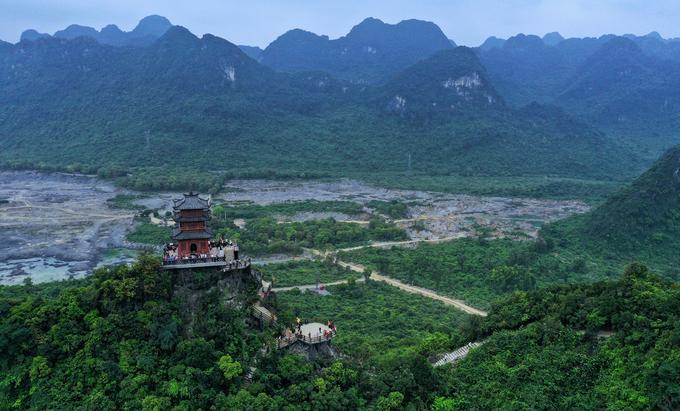 Chùa Ngọc nằm trên đỉnh núi cao 468 m, thuộc quần thể chùa Tam Chúc, Hà Nam. Ảnh:Ngọc Thành.