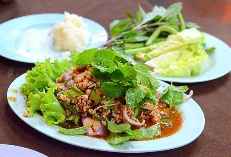 Người lào thường ăn kèm Lạp với cơm nếp. Ảnh: wiki.