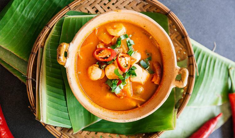 Campuchia: Cà ri Món ăn không thể thiếu trong ngày Tết Chol Chnam Thmay của người Campuchia là cà ri. Theo phong tục, vào dịp Tết cổ truyền, mỗi gia đình Campuchia sẽ có ít nhất một người mang thức ăn lên chùa nhờ các nhà sư làm lễ cúng dâng lên tổ tiên. Sau đó, cả nhà quây quần bên nhau thưởng thức cà ri cay nồng đặc trưng. Ảnh: Khmertimeskh.