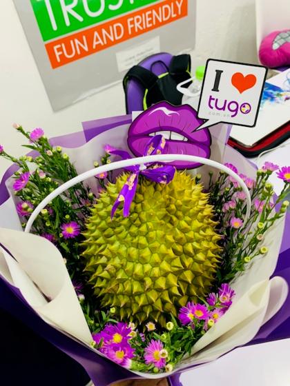 Trong sự kiện, công ty dành tặng cho toàn thể nhân viên nữ món quà độc đáo là hoa sầu riêng.