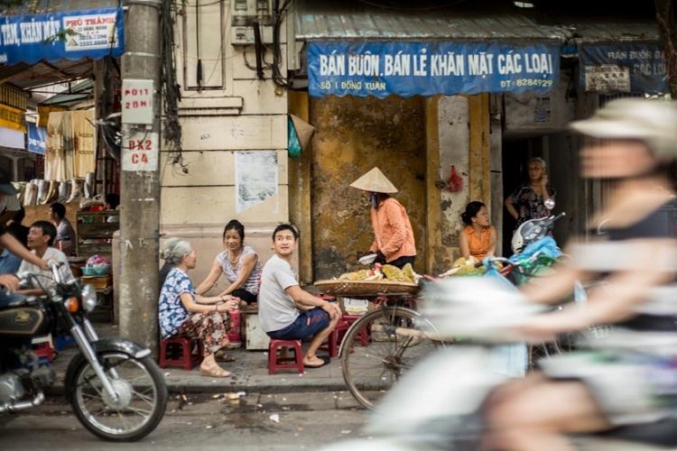 Hàng quán vỉa hè trên phố Đồng Xuân. Ảnh: Annapurna Mellor.
