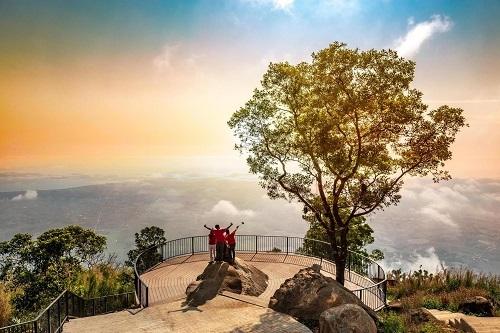 Khung cảnh thiên nhiên hùng vĩ nhìn từ đỉnh núi Bà Đen.