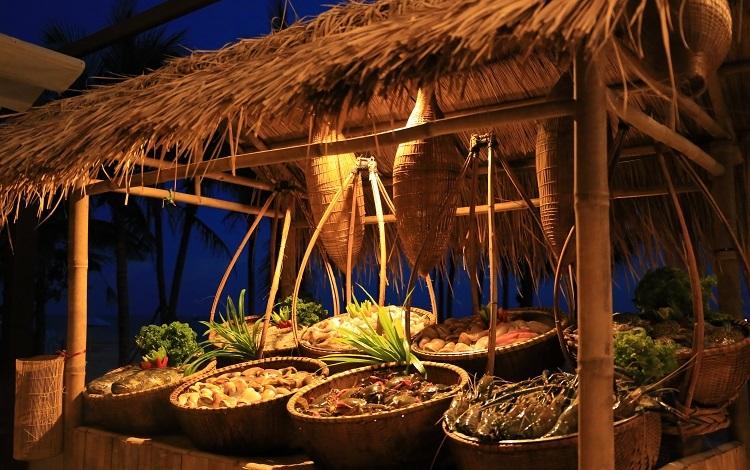 Chuỗi hoạt động đón Tết cổ truyền, Meliá Hồ TràmTừ ngày 22/1 đến 1/2/2020, khu nghỉ dưỡng sẽ tổ chức nhiều hoạt động đón Tết như vẽ nón lá, làm đèn lồng, gói bánh chưng và lớp học hướng dẫn nấu các món cổ truyền như thịt kho trứng, canh khổ qua nhồi thịt, nem rán. Ngoài ra, khách còn được viết lời ước may mắn trên đèn hoa đăng, thưởng thức cocktail hương vị Tết. Ở câu lạc bộ trẻ em sẽ tổ chức chụp ảnh lưu niệm cho các bạn nhỏ, trong bộ áo dài truyền thống.Ngày 25/1, 29 - 30/1 và 1/2, khu nghỉ dưỡng tổ chức chương trình Phiên chợ hải sản trên bãi biển, bên ngoài nhà hàng Breeza Beach Club. Các loại hải sản tươi ngon như tôm, cua, tôm hùm, cá mú, cá hồng, trai, ốc sẽ được bày bán trên các sạp tre. Ảnh:Balcony Media.