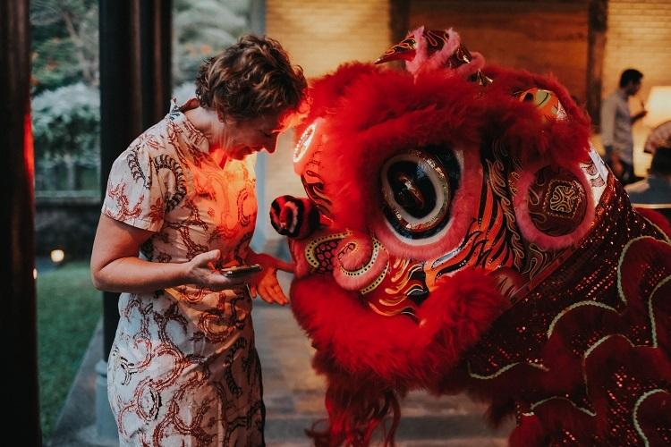 Chương trình ẩm thực ởTanah Gajah, IndonesiaVào tối 24/1, khu nghỉ dưỡng ở Ubudsẽ tổ chức chương trình ẩm thực Dạ tiệc Mừng Năm Mới, với phần mở màn là tiệc cocktail và canapes, dưới ánh hoàng hôn huyền ảo tại sảnh Panen Padi Lounge. Trong không gian yên tĩnh của miền quê Bali, du khách sẽ được thưởng thức những màn múa lân truyền thống. Tiệc chính diễn ra trong nhà hàng The Tampayan, với thực đơn 5 món mang màu sắc Trung Hoa, được chế biến đẹp mắt, nhiều màu sắc bởi đầu bếp trưởng Singapore. Ngoài tiệc tối, du khách có thể tham gia thắp nến nổi, cầu mong năm mới bình an, thịnh vượng. Giá tham dự chương trình là 1.200.000 IDR (2.050.000 đồng). Ảnh:Tanah Gajah.
