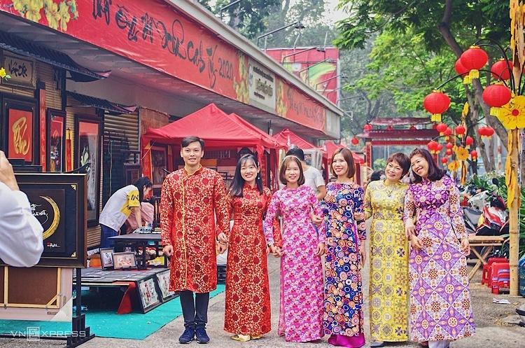 Khách Tây cho rằng việcngười Việt mặc áo dài đi dạo phố là điểm khác biệt với tết kiểu Trung Quốc.