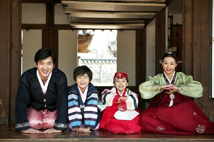 Nam và nữ có cách đặt tay khác nhau khi thực hiện nghi lễ. Ảnh: Korea4expats.