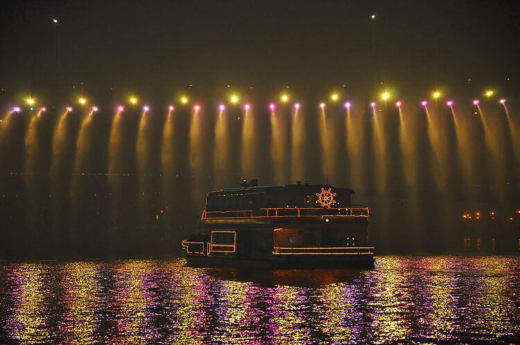 Sông Hàn rực rỡ ánh đèn về đêm. Ảnh: Ted Anthony Jackson/Flickr.