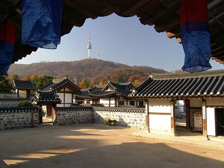 Du khách có thể thuê Hanbok để chụp ảnh trong làng cổ. Ảnh: Korea Tourism Organization.