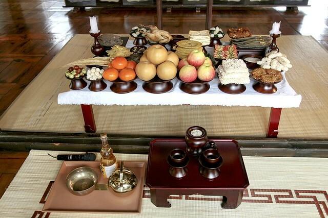 Charye-sang, mâm cúng tổ tiên truyền thống của người Hàn vào dịp Tết thường có nhiều món ăn khác nhau, gồm cả tteokguk. Ảnh: Korean Culture and Information Service (KOCIS)/Flickr.