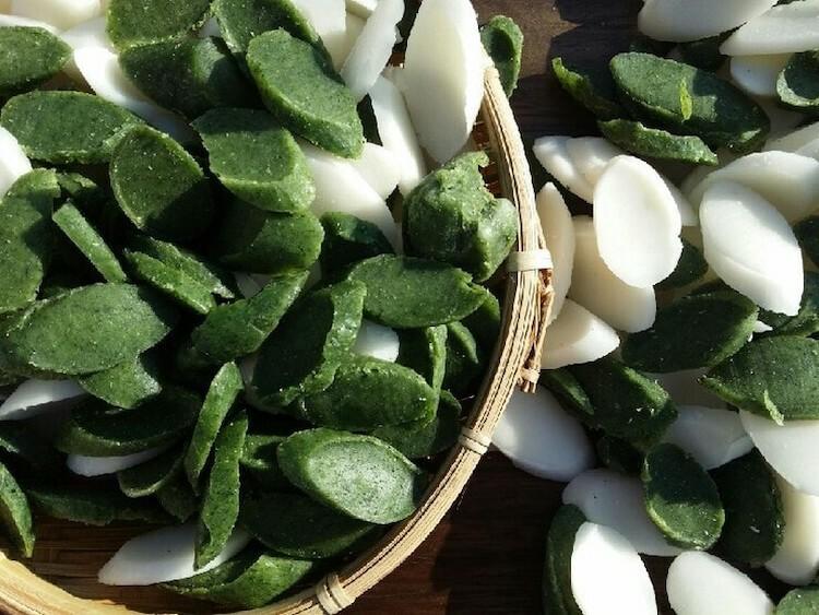 Ngoài bánh gạo trắng người Hàn còn trộn với các loại hoa và thảo mộc để tăng thêm màu và lợi ích sức khỏe cho món ăn. Ảnh: Gyeong Bin Mama/Wikicommons.