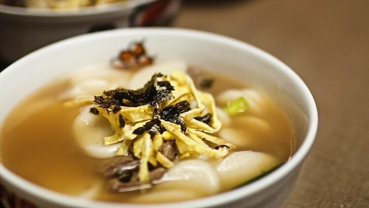 Tteokguk là món ăn không thể thiếu trong những ngày đầu năm bởi những ý nghĩa may mắn mà nó mang lại cho người thưởng thức. Ảnh: Josiah Lau Photography/Flickr.