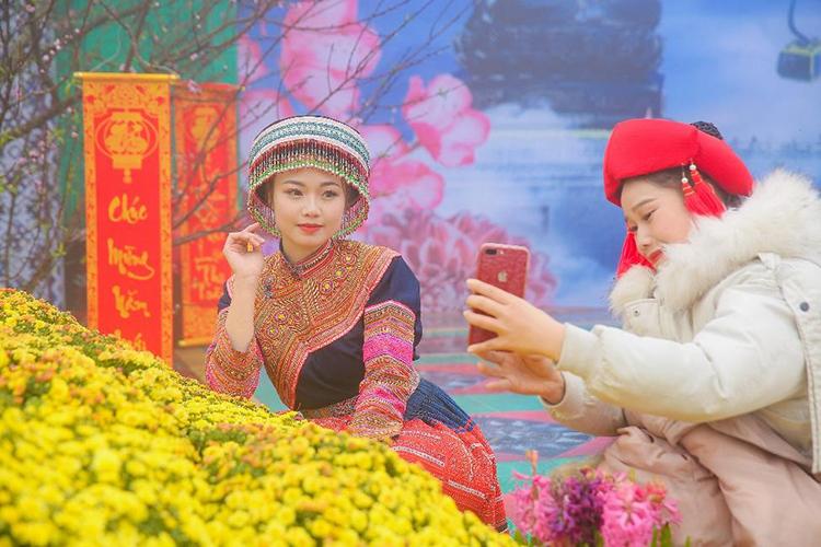 Hương xuân rực rỡ sắc hoa xen lẫn làn sương mở ảo tràn ngập Sun World Fansipan Legend trong ngày đầu khai hội.