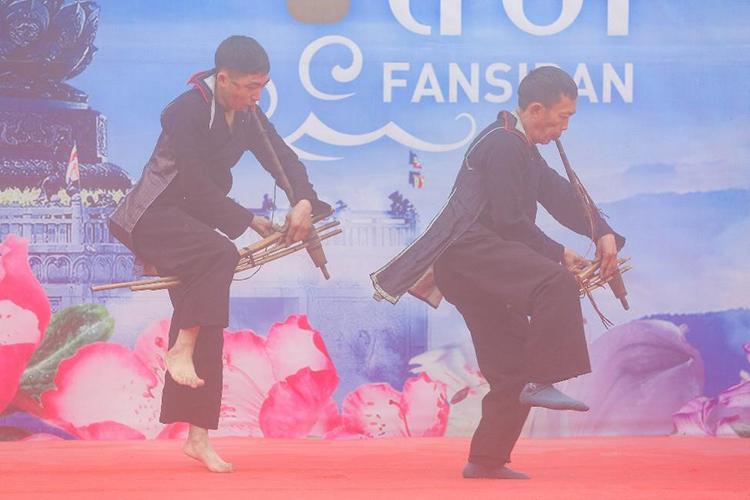 Những nghệ nhân múa khèn tài hoa Sa Pa, Lai Châu, Yên Bái, Hà Giang tụ hội về đây tranh tài trong Lễ hội Khèn hoa Fansipan 2020.