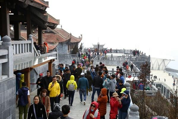 Nhiều Phật tử và du khách bốn phương hành hương lễ Phật tại quần thể văn hóa kiến trúc tâm linh trên đỉnh Fansipan những ngày đầu xuân.