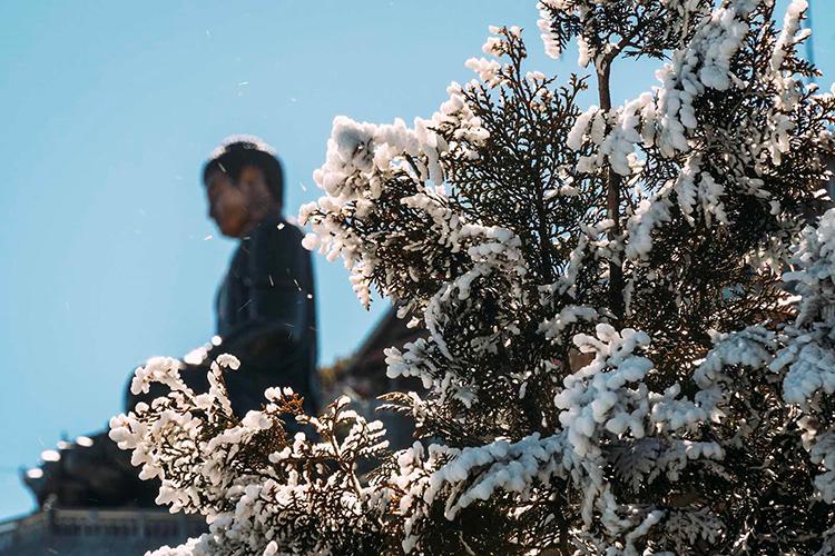 Trong sáng sớm ngày khai hội, băng giá đã xuất hiện trên đỉnh Fansipan đón chào Lễ hội Khèn hoa - Hội xuân mở cổng trời 2020.