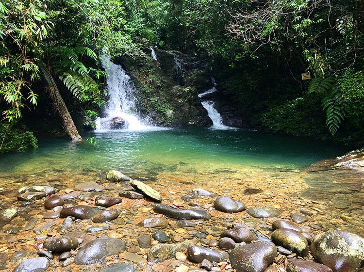 Sau khi vãn cảnh ở Vọng Hải Đài, bạn lên xe đi tiếp khoảng 5km đến khu Ngũ Hồ gồm 5 hồ nước lớn nhỏ thông nhau. Các hồ không sâu, có dòng nước trong xanh, mát lạnh. Đây là điểm dừng nghỉ ăn trưa, tắm suối ưa thích của nhiều du khách sau khi đi bộ khoảng 30 phút đường rừng vào hồ. Ảnh: emmaasleeman