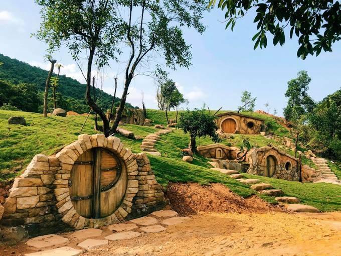 Sau khi kết thúc hành trình thăm vườn quốc gia, làng người lùn dưới chân núi Bạch Mã cũng là một điểm gợi ý cho du khách nghỉ chân và chụp ảnh check-in. Đây là khu dã ngoại được xây dựng dựa theo cảm hứng về nơi sinh sống của người lùn Hobbit trong bộ phim nổi tiếng Chúa tể của những chiếc nhẫn. Giá vé vào cửa khu du lịch là 100.000 đồng một người lớn và 60.000 đồng một trẻ em cao từ 0,9 - 1,3 m. Trẻ dưới 0,9 m được miễn phí vé. Ảnh: Bạch Mã Village