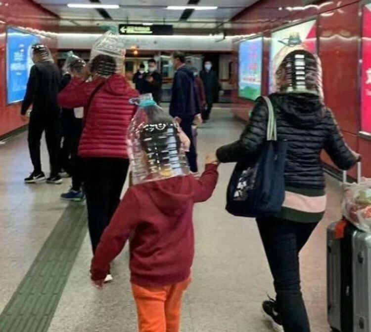 Trên ảnh là người mẹ và đứa con của mình xuất hiện tại ga tàu điện ngầm ở Hong Kong.