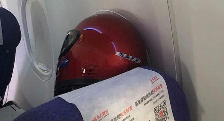 Trên một chuyến bay từ Thượng Hải, Trung Quốc đến Perth, một người đàn ông đã đội mũ bảo hiểm lên máy bay và trùm kín đầu. Những hành khách khác có mặt trên chuyến bay cũng cho biết mọi người đều đeo khẩu trang kín mít. Khi máy bay hạ cánh, chúng cũng được khử trùng.