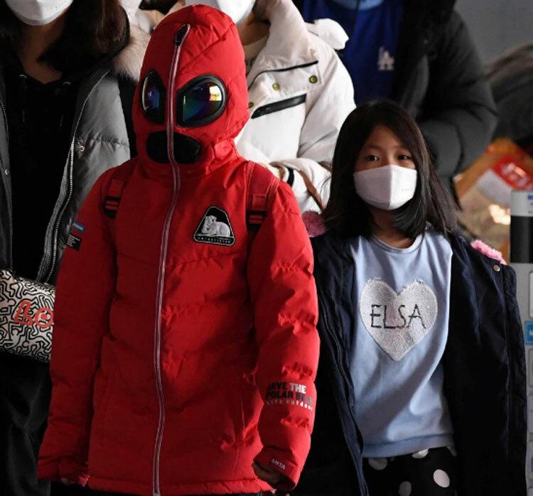 Dịch viêm phổi Vũ Hán (nCoV) đã khiến 213 người thiệt mạng, hơn 7.700 ca nhiễm bệnh trên toàn thế giới và WHO đã phải ban bố tình trạng khẩn cấp toàn cầu. Trên ảnh là một hành khách tham gia phương tiện công cộng ở Seoul, Hàn Quốc và bịt kín mít từ đầu đến chân để phòng virus nCoV trong thời điểm hiện tại.