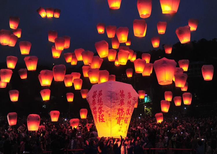 Những chiếc đèn trời viết đầy ước nguyện được thả lên không trung. Ảnh: Taiwan Tourism Bureau