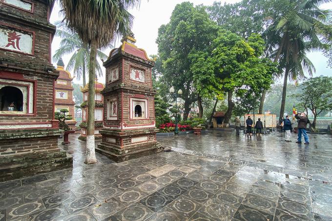 Vắng khách đi lễ đền, chùa