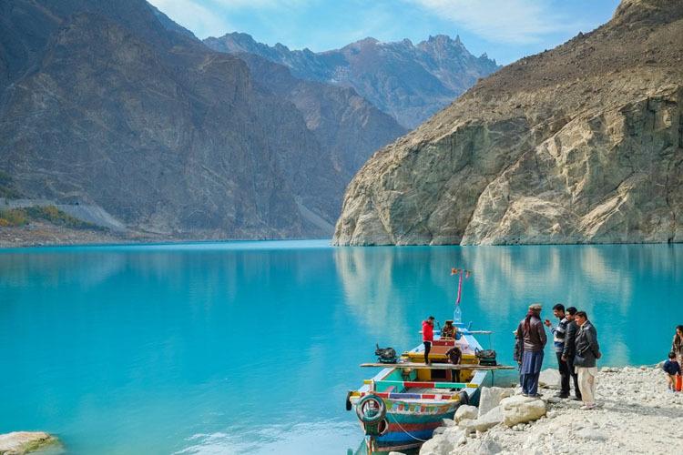 Vẻ đẹp của hồ thu hút không ít du khách ghé thăm. Ảnh: Amusing Planet.