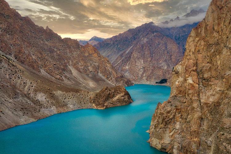 Hồ Attabad ở Pakistan. Ảnh: Amusing Planet.
